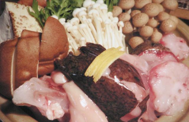 あんこう鍋 2,000円 駿河湾のエビとゼラチン豊富なあんこうが一緒に煮込んだ美味しさをどうぞ。